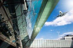 Flughafenäußeres und Flugzeugverkehr Lizenzfreie Stockfotos