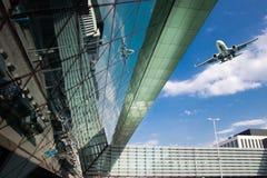 Flughafenäußeres und Flugzeugverkehr Stockbild