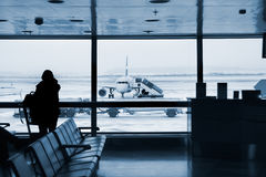 Am Flughafen Stockbild