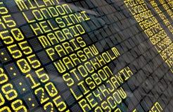 Flughafen-Abfahrt-Brett mit europäischen Reisezielen lizenzfreie stockfotos