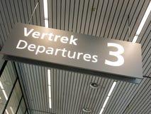 Flughafen-Abfahrtzeichen Schiphol Amsterdam, Holland Stockfotografie