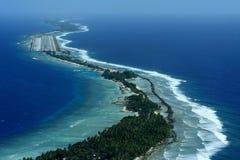 Flughafen auf einer korallenartigen Insel Stockbild