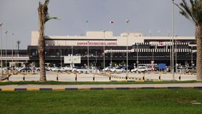 Flughafen Bahrains Internacional - frontaler Winkel stock video footage