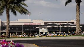 Flughafen Bahrains Internacional - frontaler Winkel mit Palmen stock footage