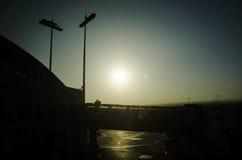 Flughafen bei Sonnenaufgang lizenzfreie stockbilder