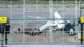 FLUGHAFEN BORYSPIL, UKRAINE - 24. OKTOBER 2018: Ukraine International Airlines Passagiere, die auf Flug und erhalten verschalen stock video footage