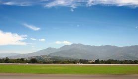 Flughafen in den Bergen Stockbild