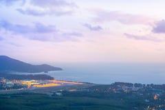 Flughafen in der Sonnenuntergangzeit lizenzfreie stockbilder
