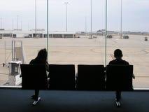 Flughafen-Durchfahrt-Aufenthaltsraum-Paare lizenzfreie stockfotografie