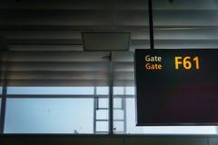 Flughafen-Einstiegtor-Eingangszeichen Lizenzfreies Stockfoto
