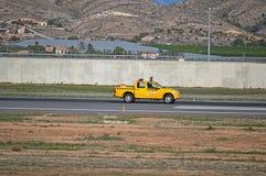 Flughafen-Fahrzeug, welches die Rollbahn überprüft Stockbilder