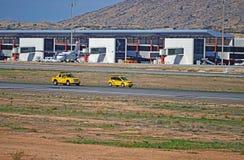 Flughafen-Fahrzeuge bei der Arbeit Stockbild