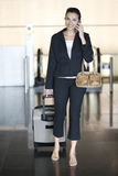 Flughafen-Frau mit Mobiltelefon Stockbilder