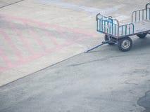 Flughafen-Gepäck und Fracht-Transportwagen Stockbilder