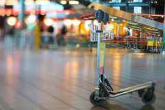 Flughafen-Gepäck-Wagen Stockfoto