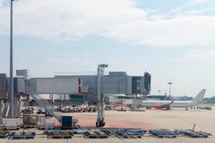 Flughafen jetway und Flugzeug Stockfotografie