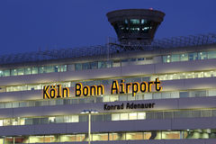 Flughafen Köln Kölns Bonn des Anschluss-1 mit Turm Lizenzfreie Stockfotografie