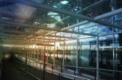 FLUGHAFEN LONDONS STANSTED, GROSSBRITANNIEN - 23. MÄRZ 2014: Flughafenfenster- und -informationsbrett Lizenzfreies Stockbild