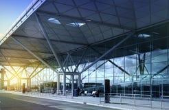 FLUGHAFEN LONDONS STANSTED, GROSSBRITANNIEN - 23. MÄRZ 2014: Flughafengebäude im Sonnenaufgang Stockbild