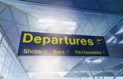 FLUGHAFEN LONDONS STANSTED, GROSSBRITANNIEN - 23. MÄRZ 2014: gelbes Abfahrtzeichen an einem internationalen Flughafen Stockfotografie