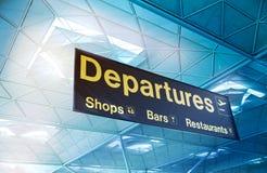 FLUGHAFEN LONDONS STANSTED, GROSSBRITANNIEN - 23. MÄRZ 2014: gelbes Abfahrtzeichen an einem internationalen Flughafen Lizenzfreie Stockbilder