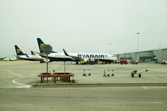 FLUGHAFEN LONDONS, STANSTED, GROSSBRITANNIEN - 26. MAI 2014: Stansted-Flughafen, Ryanair-Flugzeug, das fertig wird abzureisen Stockfotografie