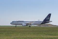 Flughafen Prag Ruzyne-LKPR, Airbus Lufthansa lizenzfreies stockfoto