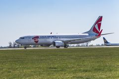 Flughafen Prag Ruzyne-LKPR, Boeing 737-800 ÄŒSA lizenzfreies stockbild