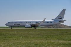 Flughafen Prag Ruzyne-LKPR, Boeing 737-800 lizenzfreies stockfoto