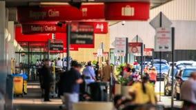 Flughafen-Reisend-Zeitspanne-Ankünfte draußen