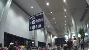 Flughafen Signage an der internationalen Flughafenabfertigungsgebäudehalle Ninoy Aquino stock video footage