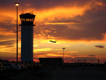 Flughafen am Sonnenuntergang Lizenzfreie Stockfotos