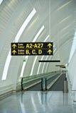 Flughafen versieht Anleitung mit einem Gatter Lizenzfreie Stockfotografie