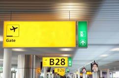 Flughafen versieht w copyspace Zeichen mit einem Gatter Lizenzfreie Stockbilder