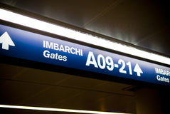 Flughafen versieht Zeichen mit einem Gatter Stockfoto