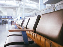 Flughafen-Warteraumbereich mit Sitzen rudern im Tor stockfotografie