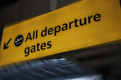 Flughafenabfahrtzeichen Stockfotos