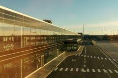 Flughafenabfertigungsgebäude draußen, Flugausgang und schöner Sonnenuntergang Lizenzfreie Stockfotografie