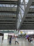 Flughafenabfertigungsgebäude mit Leuten Lizenzfreies Stockfoto