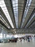 Flughafenabfertigungsgebäude mit Leuten Lizenzfreie Stockfotografie