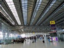Flughafenabfertigungsgebäude mit Leuten Stockfoto