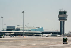 Flughafenabfertigungsgebäude- und Luftkontrollenturm Lizenzfreie Stockfotografie