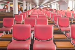 Flughafenabfertigungsgebäude; Wartebereich für Abfahrt nahe Fenster Lizenzfreie Stockfotografie