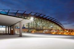 Flughafenabfertigungsgebäudegebäude und leeres Parken im Schnee nachts in Moskau Stockbild