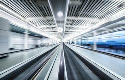 Flughafenabfertigungsgebäudeinnengehweg mit Bewegungsunschärfeeffekt Lizenzfreie Stockfotos
