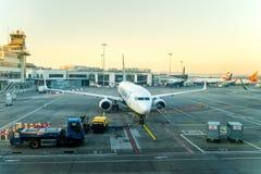 Flughafenabfertigungsgeb?ude 1 Dublins, Irland, im Mai 2019 Dublin, mehrfache Flugzeuge werden auf Flugplatz f?r Fl?ge vorbereite stockfotografie