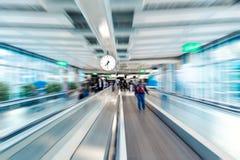 Flughafenabfertigungsgebäudeinnenraum mit Bewegungsunschärfeeffekt Setzen Sie Zeit Konzeptes fest Wenden Sie getrennt auf weißem  Lizenzfreie Stockbilder