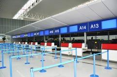 Flughafenabfertigungsschalter Stockbild