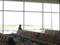 Flughafenabflug-Aufenthaltsraumstühle stockbilder