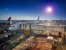 Flughafenansicht des Düsenflugzeugs Stockbilder